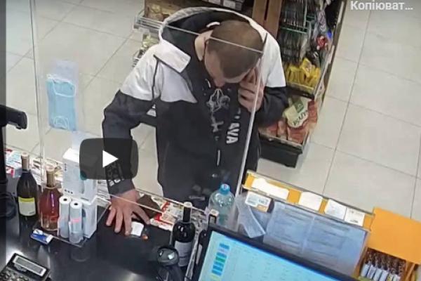 Тернопільські поліцейські просять допомогти встановити особи злочинців (Відео)