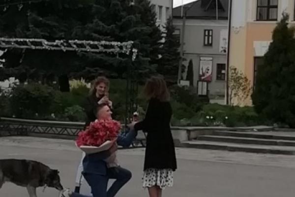 Карантин – не завада: на Тернопільщині юнак освідчився в коханні дівчині у центрі міста