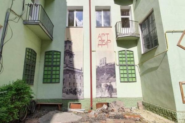 «Це фантастичний простір»: тернополянка повідала про унікальний дворик у Бучачі (Фото)