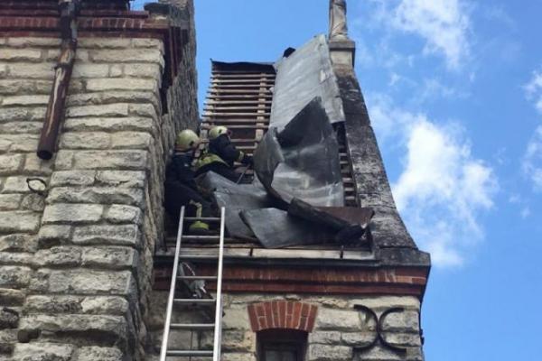 На Тернопільщині вітер зняв частину даху з костелу (Фото)