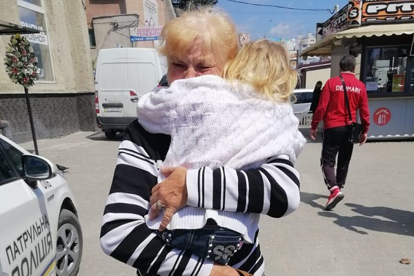 Тернопільські поліцейські повернули малолітню дівчинку бабусі
