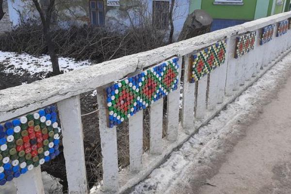 Вишиваний міст сяє барвистим орнаментом
