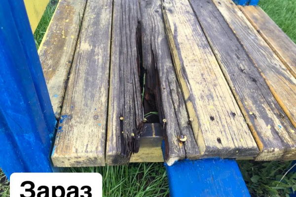 «Поламані сходи гірки, прогнилі дошки»: на Тернопільщині батьки обурені станом дитячих майданчиків