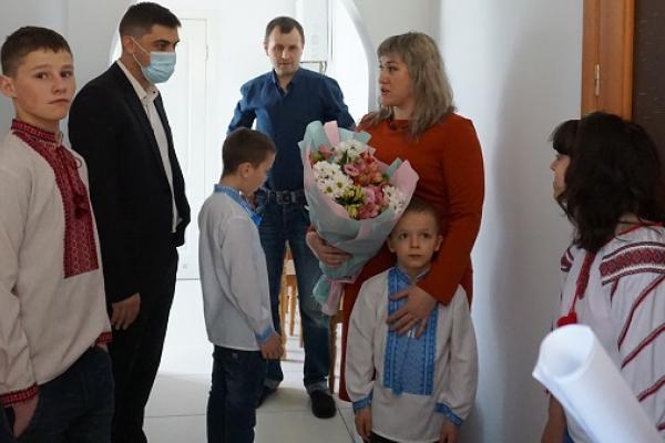 Для багатодітної сім'ї з Тернопільщини придбали будинок
