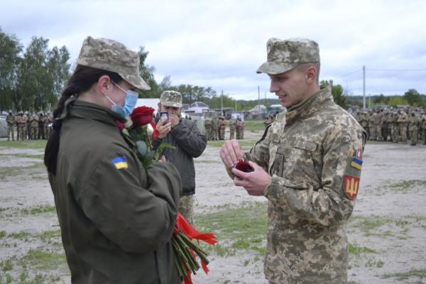Тернопільський офіцер перед тим, як їхати на схід - освідчився коханій на Рівненському полігоні