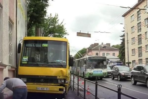У Тернополі ДТП: автобус вилетів на узбіччя