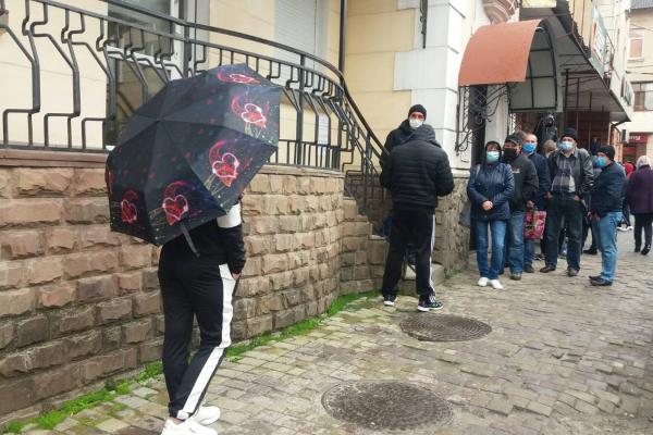 Таких черг не було довгий час: у Тернополі люди ринулись виробляти візи