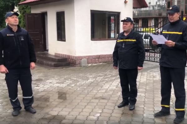 Як рятувальники у Чорткові відправляють на колег на пенсію (Відео)