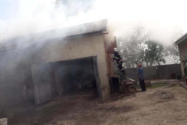 На Тернопільщині виникла пожежа: від вогню врятували 2 будинки
