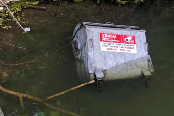 У тернопільський став вандали скинули сміттєвий бак