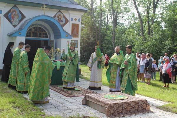 Владика Нестор у День Святого Духа звершив богослужіння на горі Трійці
