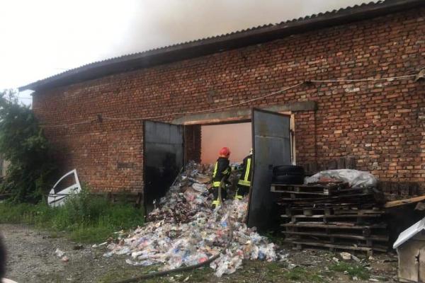 «Знайшли тіло людини» : на Тернопільщині горів склад пластику