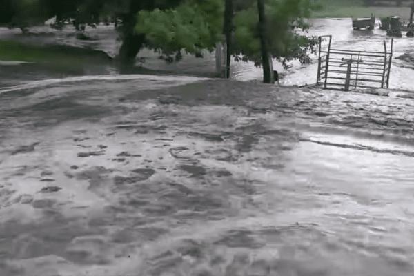 На Тернопільщині вулицями села потекла річка (Відео)