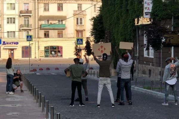 Проти расизму: У Тернополі темношкірі студенти влаштували тематичну фотосесію