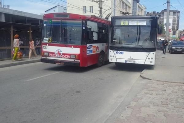 ДТП: на тернопільській дорозі не розминулися два тролейбуси