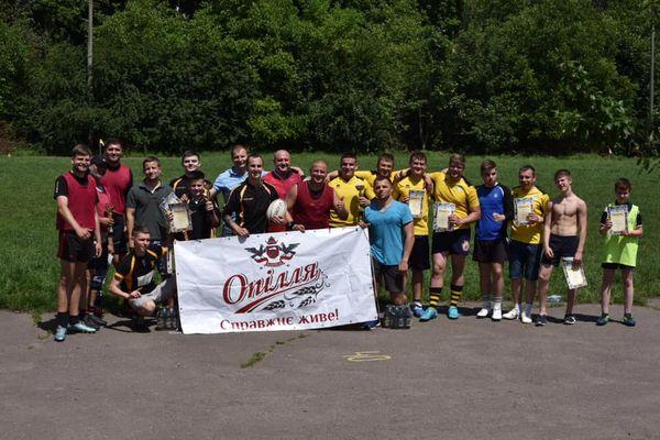 На полі одночасно дорослі та діти: «Опілля» підтримало унікальні змагання з тач-регбі у Тернополі