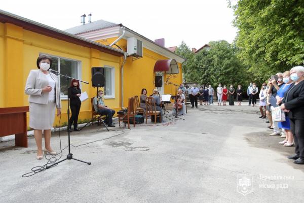 «Дякуємо, що рятуєте наше життя»: у Тернополі привітали медиків з професійним святом