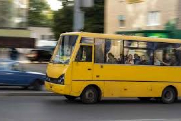 «Випала з автобуса під час руху»: у Тернополі 36-річна жінка опинилася під колесами маршрутки