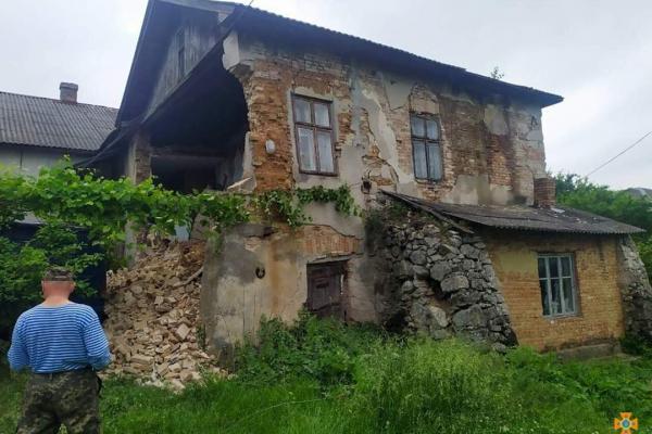 На Тернопільщині обвалилася більш ніж сторічна будівля (Фото)