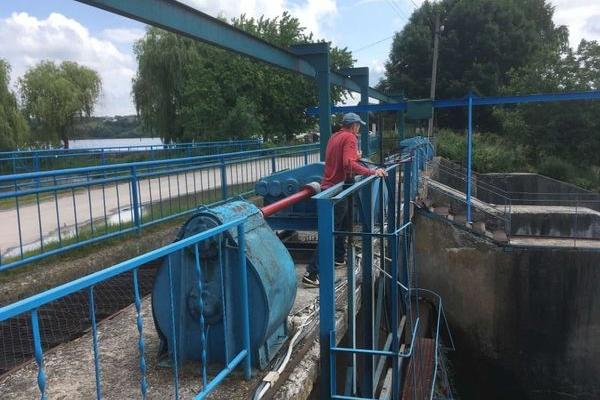 Через підняття рівня води у річці Золота Липа, у Бережанах проводять аварійні скиди води