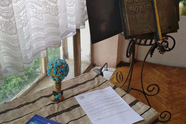 У музеї національно-визвольної боротьби Тернопільщини відкрили виставку «100 перемог» України до Дня Конституції