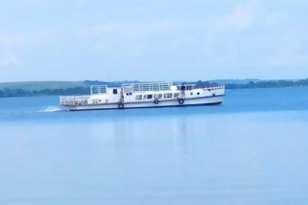 Тернопільським ставом плаває нове судно (Фото)