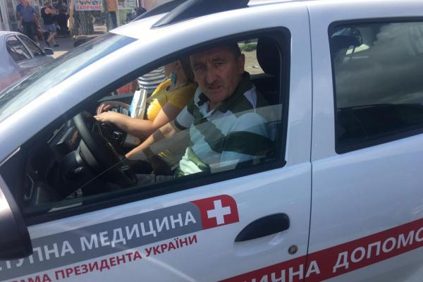 У центрі Тернополя нахабний водій на службовому авто приїхав на закупи і припаркувався просто посеред дороги (Фото)