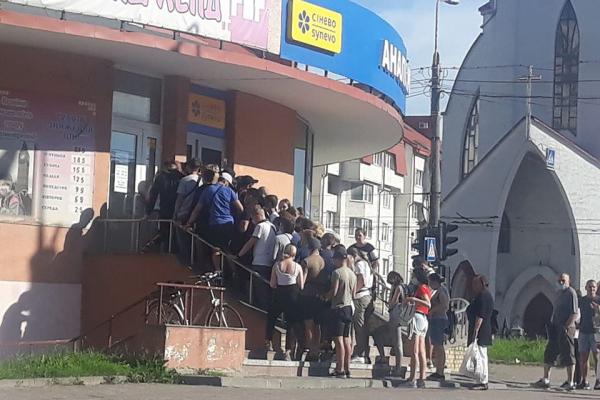 Карантин? Не чули: в Тернополі люди скупчилися у черзі біля магазину із секонд-хендом