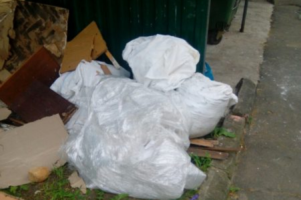 Мешканці тернопільської багатоповерхівки перетворили двір на сміттєзвалище