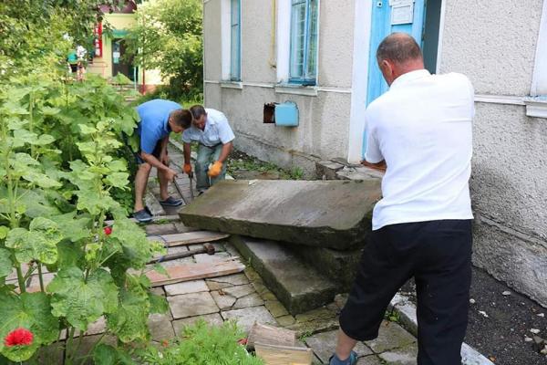 На Тернопільщині знайшли старовинні надгробки єврейського кладовища