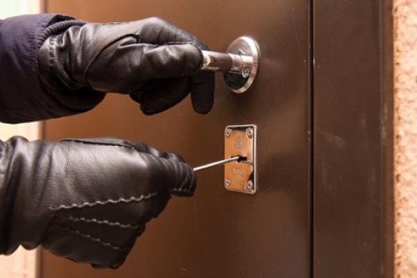 «Скористався ключем з-під килимка»: на Тернопільщині зловмисник пограбував 81-річну пенсіонерку
