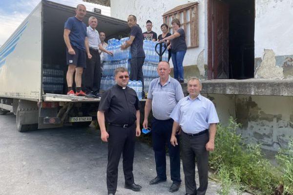 500 блоків води «Зарваницька» передали жителям підтопленого Коропця на Тернопільщині священники УГКЦ