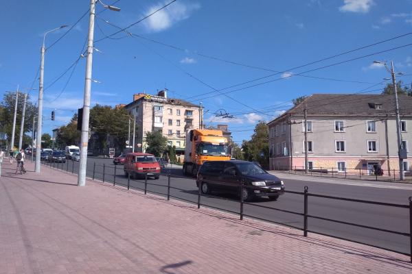 «На дружби чи з дружби не доїхати»: у Тернополі фура обірвала тролейбусу лінію