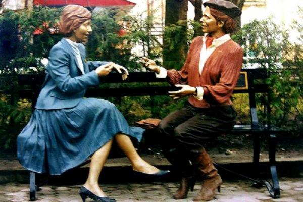 Як виглядала скульптура «Випадкова зустріч» у Тернополі до крадіжки
