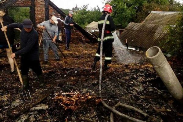 На Тернопільщині виникла пожежа: від вогню врятували дві будівлі