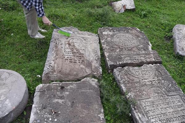 «Дещо вже можна перекласти»: на Тернопільщині досліджують єврейські надгробні плити