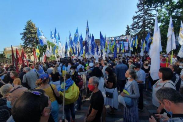 «Захистимо мову - захистимо Україну!»: під Радою відбувається мітинг проти законопроєкту Бужанського