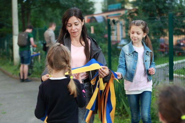 У Тернополі прибрали калинову алею та прикрасили кущі патріотичними стрічками (Фоторепортаж)