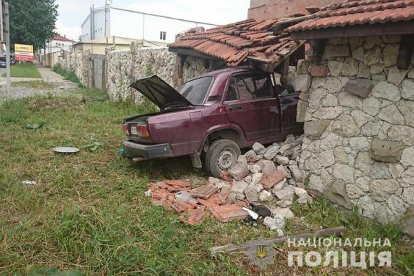 У Тернополі ВАЗ протаранив кам'яну огорожу