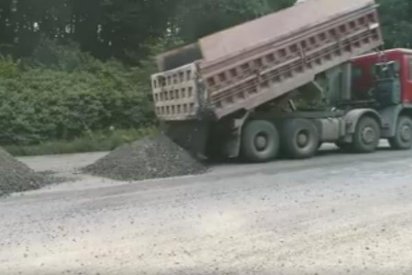 Проводиться регенерація основи дороги на транспортній розв'язці біля Дружби на Чернівецькій трасі