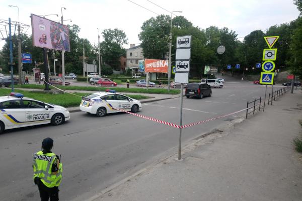 У Тернополі правоохоронці оточили пустий автомобіль (Фото)
