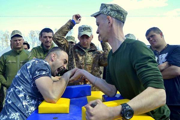 50 тернопільських артилеристів змагалися за перемогу з армрестлінгу