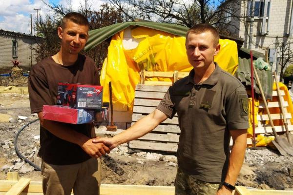 Тернопільські військові передали подяку Віктору Овчаруку від мешканця Луганщини за допомогу