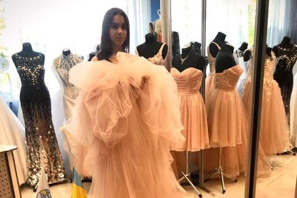 Фото рекордного шлейфу тернопільської випускниці оприлюднили та стало відомо, хто демонструватиме унікальну сукню
