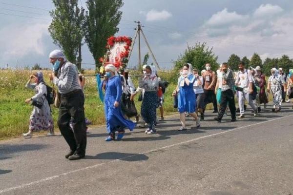 «Це якесь свавілля»: віряни вирушили хресною ходою до Почаєва