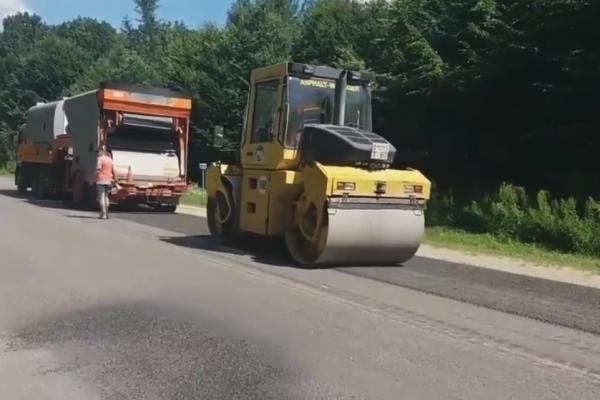 На Тернопільщині дорожники проводять поверхневу обробку траси