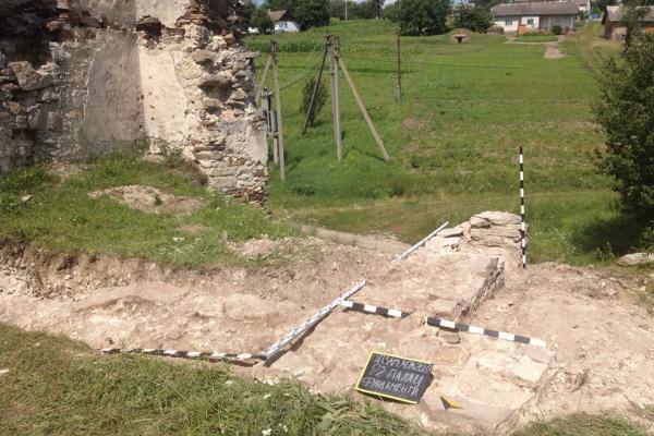 Під час розкопок біля замку в селі на Бучаччині знайшли керамічний посуд трипільців
