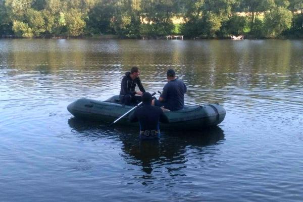 Зник під водою: на Тернопільщині водолази дістали тіло чоловіка