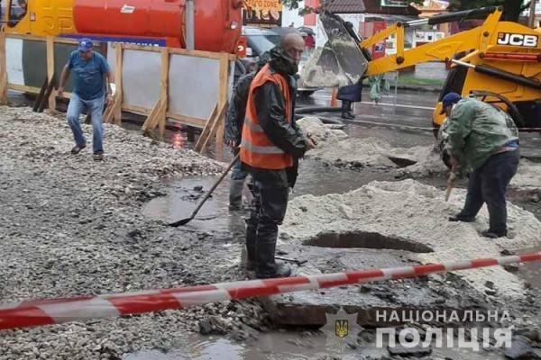 «Територія не була огороджена»: у Тернополі дитина впала в яму поблизу каналізаційного колектора