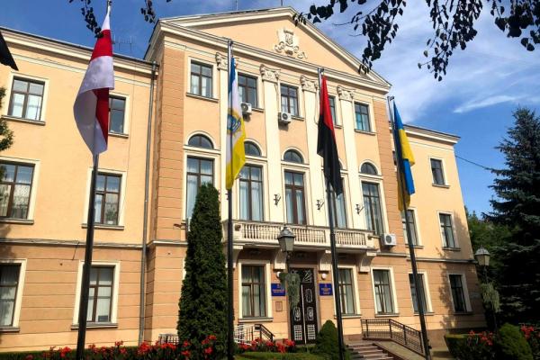«На знак солідарності»: у Тернополі вивісили прапор Білорусії